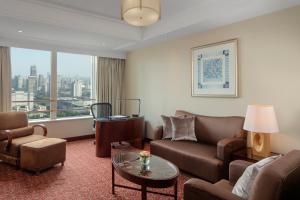 A seating area at Radisson Blu Hotel Shanghai New World