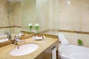A bathroom at Hotel Royal Plaza