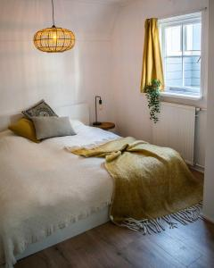 A bed or beds in a room at Jantjes lief appartement