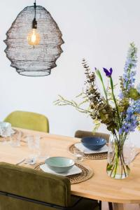 A restaurant or other place to eat at Jantjes lief appartement