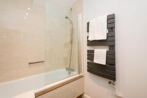 A bathroom at Glen-Yr-Afon House Hotel