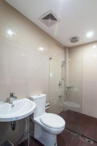 A bathroom at Amable Suites Hotel