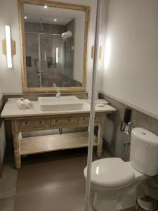 A bathroom at Andores Resort And Spa