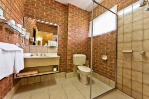 A bathroom at Central Yarrawonga Motor Inn