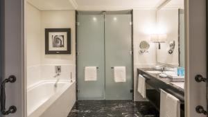 A bathroom at Palácio Tangará - an Oetker Collection Hotel