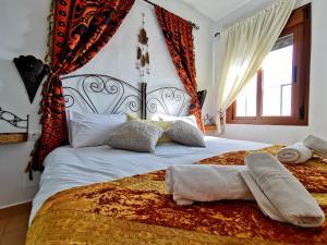 A bed or beds in a room at Complejo Rural Alma Y Montaña