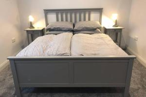 A bed or beds in a room at Modern 2 bedroom apartment in Marlow