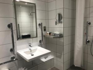 A bathroom at Holiday Inn London-Shepperton, an IHG Hotel