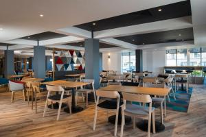 A restaurant or other place to eat at Holiday Inn Express Edinburgh - Leith Waterfront, an IHG Hotel