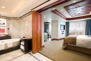 A bathroom at Intercontinental Johannesburg Sandton Towers, an IHG Hotel