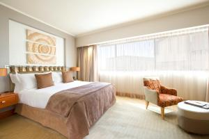 A bed or beds in a room at Intercontinental Johannesburg Sandton Towers, an IHG Hotel