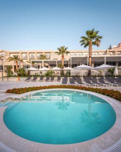 Bazén v ubytování Mitsis Rodos Village Beach Hotel & Spa nebo v jeho okolí