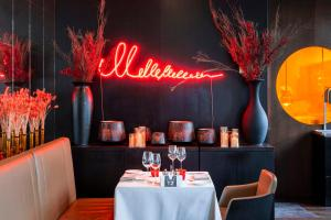A restaurant or other place to eat at BERDS Chisinau Mgallery Hotel Collection