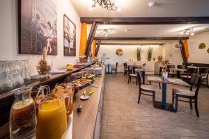 Ein Restaurant oder anderes Speiselokal in der Unterkunft Le petit Palais - Apartments