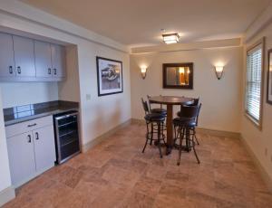A kitchen or kitchenette at 1000 Islands Harbor Hotel