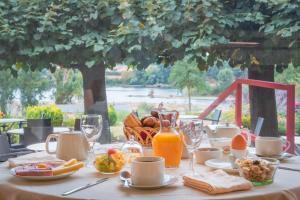 Options de petit-déjeuner proposées aux clients de l'établissement Le Coq Hardi