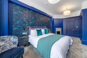 A bed or beds in a room at Rose and Crown Stoke Newington
