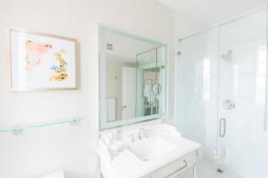A bathroom at Warwick Melrose Hotel