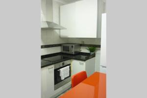 Una cocina o zona de cocina en ÁTICO AUDITORIO disfrute sus 40 metros de terraza, limpieza con vapor