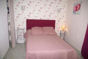A bed or beds in a room at Gîte Mille Fleurs