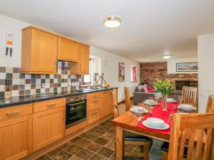 A kitchen or kitchenette at Robyn Cottage