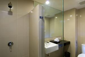 A bathroom at Aston Denpasar Hotel & Convention
