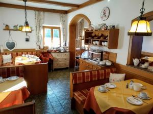 A restaurant or other place to eat at Frühstückspension Helmhof