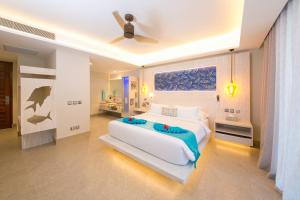 A bed or beds in a room at Hotel Le Duc de Praslin