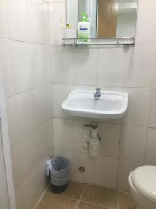 A bathroom at Mini Hotel (HK)