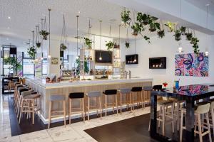 The lounge or bar area at INNSiDE by Meliá Hamburg Hafen