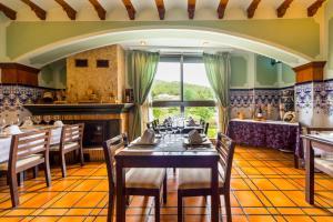 Un restaurante o sitio para comer en Hotel Rosaleda del Mijares