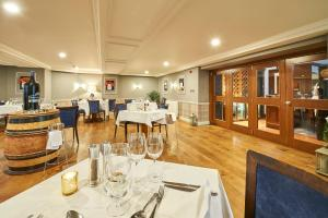 A restaurant or other place to eat at Les Rocquettes Hotel