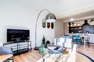 A seating area at Luxury flat with sunny balcony close to the station in Marseille - Welkeys