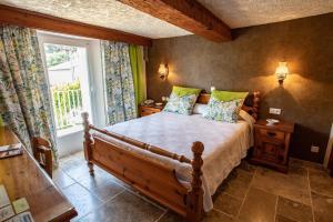 A bed or beds in a room at L' Escapade Hôtel & Restaurant