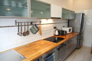 A kitchen or kitchenette at AVIGNON BANCASSE, Clim, Jacuzzi, 200m du Palais des Papes