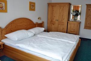 Ein Bett oder Betten in einem Zimmer der Unterkunft Pension Parzer Pressbaum bei Wien