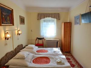 A bed or beds in a room at Ópusztaszeri Mózes Vendégház