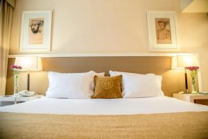 A bed or beds in a room at Huentala Hotel