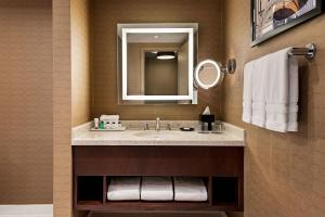 A bathroom at Sheraton Toronto Airport Hotel & Conference Centre