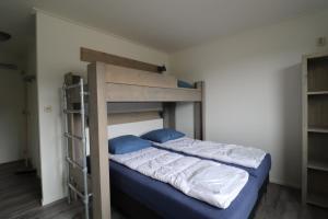 Ein Etagenbett oder Etagenbetten in einem Zimmer der Unterkunft Sier aan Zee