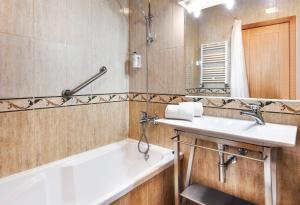 A bathroom at B&B Hotel Braga Lamacaes