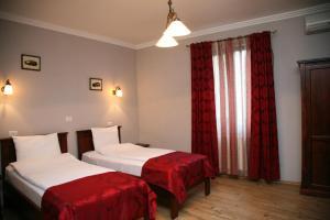 Un pat sau paturi într-o cameră la Pensiunea Antique