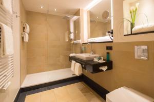 A bathroom at Hotel Essener Hof; Sure Hotel Collection by Best Western