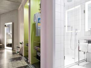 A bathroom at Mama Shelter Marseille