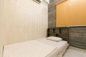 A bed or beds in a room at SPOT ON 768 Lantern Food & Hostel