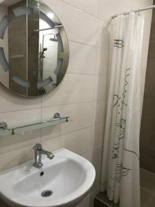 Salle de bains dans l'établissement Apple Hostel Bishkek