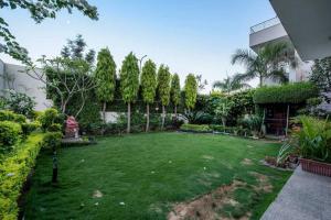 A garden outside Hotel The Omaira