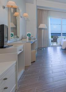 A bathroom at Kipriotis Panorama Hotel & Suites