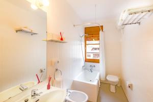 A bathroom at Hostal Trainera