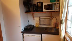 Küche/Küchenzeile in der Unterkunft Korskullens Stugor